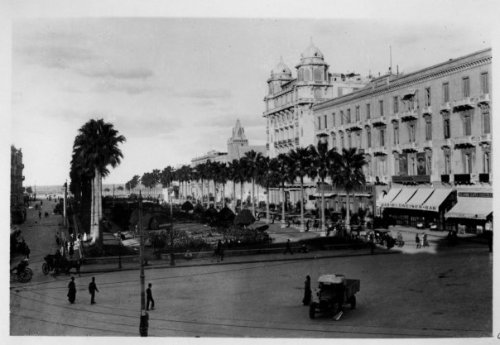 Manshaya Square, known as Place Saad Zaghloul. The cupolas are the hotel that E.M. Forster lived in. Note the absence of the Unknown Soldier monument on the sea end